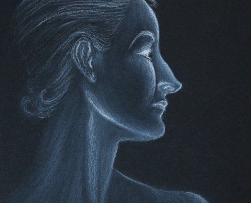 Portrait einer Frau in weißer Kohle