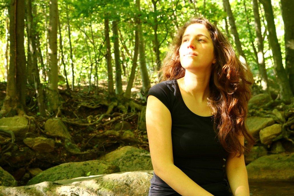Das Bild zeigt mich selbst in der Natur. Der Tag war warm und sonnig.