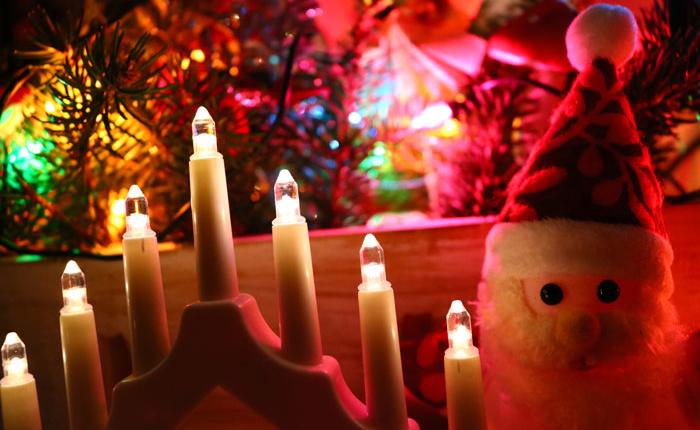 Lichterbögen, Weihnachtsmann und viel Farbe - Weihnachsdeko