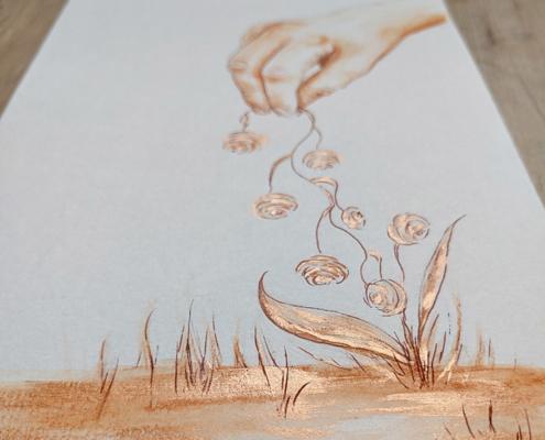 Hand greift eine Pflanze mit Fingerspitzen. Zeichnung in Brauntönen.