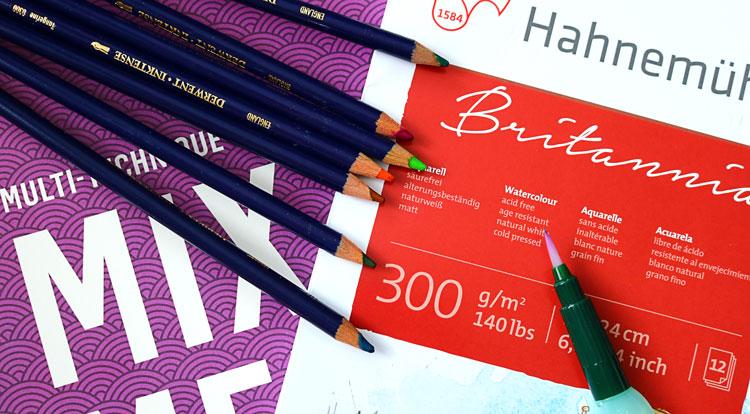 Tintenstifte und Papier