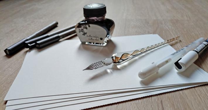 Tinte, Glasfeder, Finelinder und Mixed Media Papier für Inktober