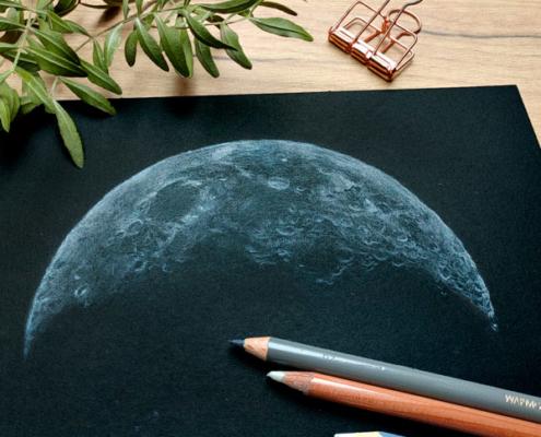 Zeichnung des Mondes mit weißen und grauen Buntstiften